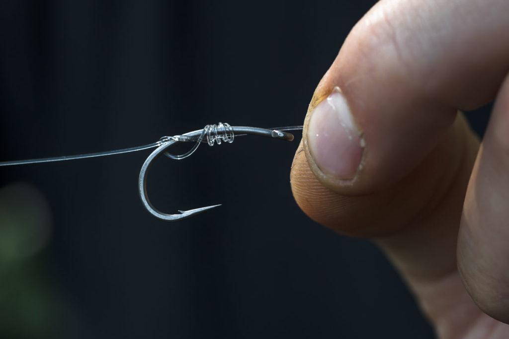 Knoten gut anfeuchten und Wicklungen nochmals kontrollieren.