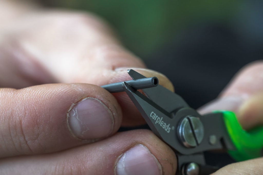 Am breiten Ende des Anti Tangle Sleeves ca. 1cm abschneiden.